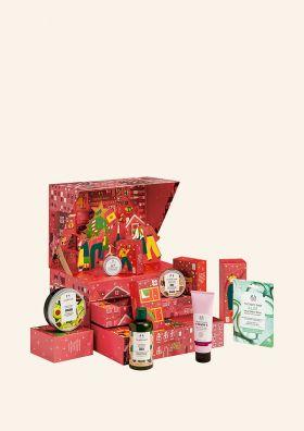 Rød julekalender fra The Body Shop, med et utvalg av produktene som er inni. Foto